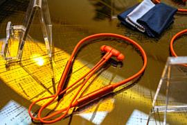 Huawei показала новые беспроводные наушники Freelace