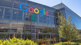 Google запатентовала складной смартфон с четырьмя экранами