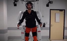 Видео: экзоскелет, который управляется силой мысли, помог парализованному снова начать ходить