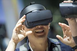 Facebook разрабатывает уменьшенную версию своего VR-шлема Oculus Quest