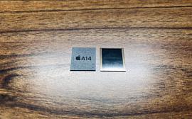 В сеть попали фотографии 5.4-дюймового дисплея iPhone 12 и чипа памяти Apple A14