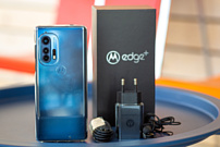 Ютюбер заглянул внутрь Motorola Edge+
