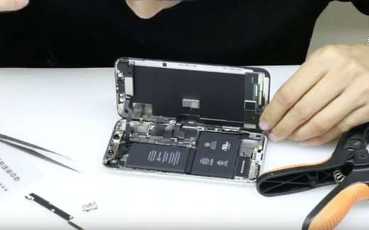 Видео: внутри iPhone X нашли две батареи