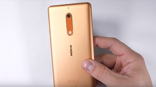 Видео: Nokia 5 пережил тест на сгибание и испытание огнем