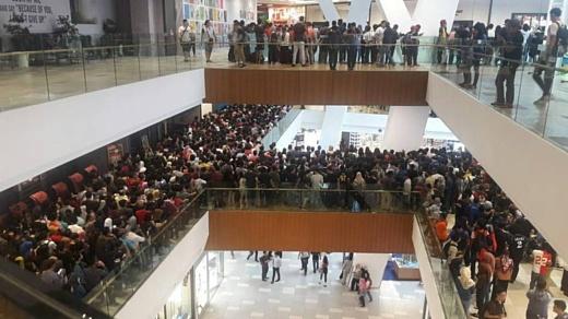 Малайзийскому магазину пришлось отменить распродажу iPhone — на нее пришли 11 тысяч человек