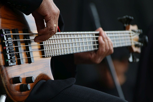 Этот ИИ играет бесконечное соло на бас-гитаре